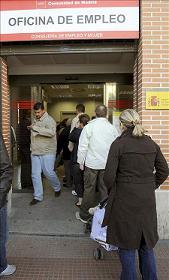 Los parados que hayan agotado su prestación podrán solicitar desde hoy la ayuda de 420 euros